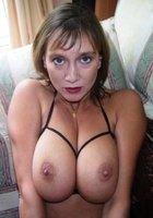 Озабоченные мамки оголяют большую грудью и светя ей перед камерой 5 фотография