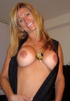 Озабоченные мамки оголяют большую грудью и светя ей перед камерой 15 фотография