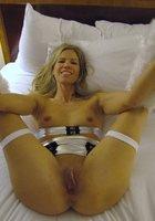 Озабоченные мамки оголяют большую грудью и светя ей перед камерой 18 фотография