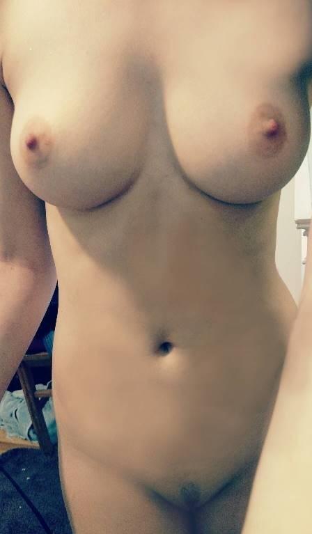Юные малышки на камеру хвастают округлыми грудями