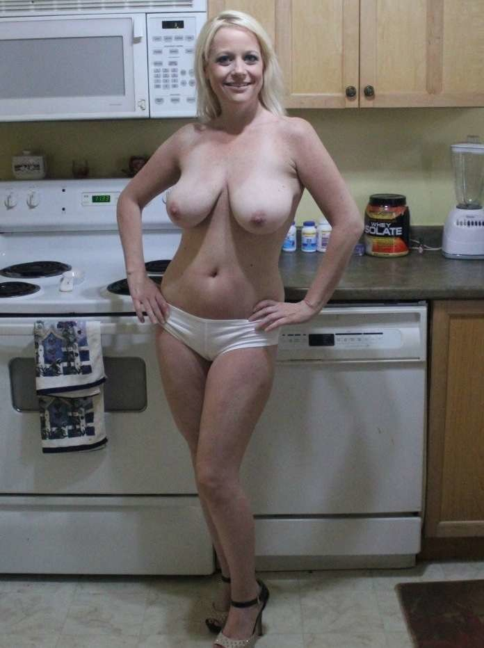 Ласковые мамки показала голые титьки на камеру