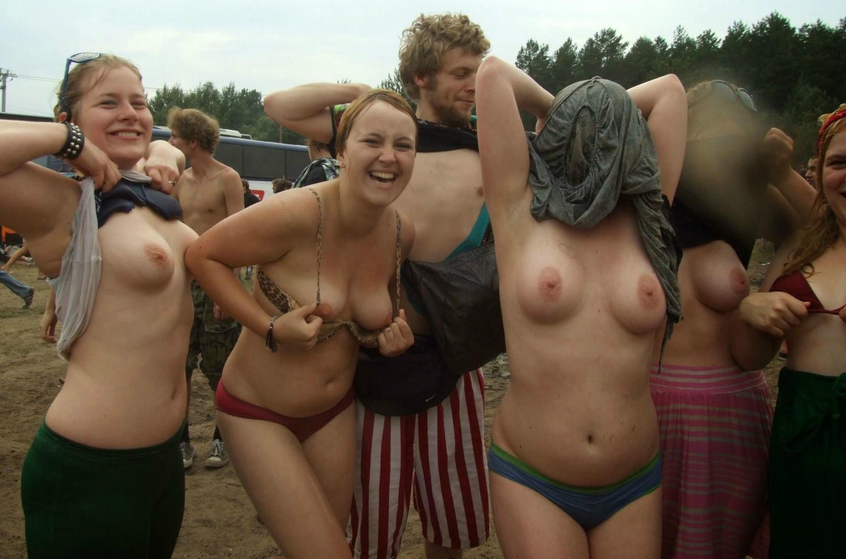Отпускницы дразнят своими сиськами и загорелым туловищем смотреть эротику