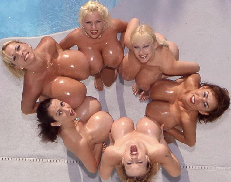 Стройные девки хвастаются пышными бюстами