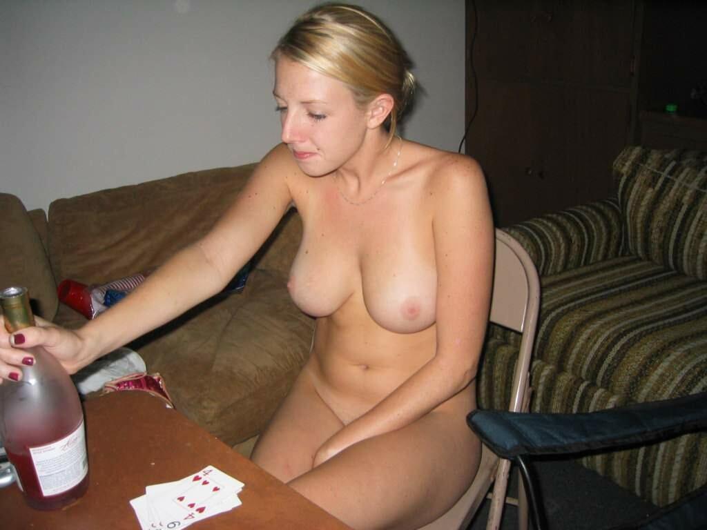 Милые блондинки дразнят голыми титками