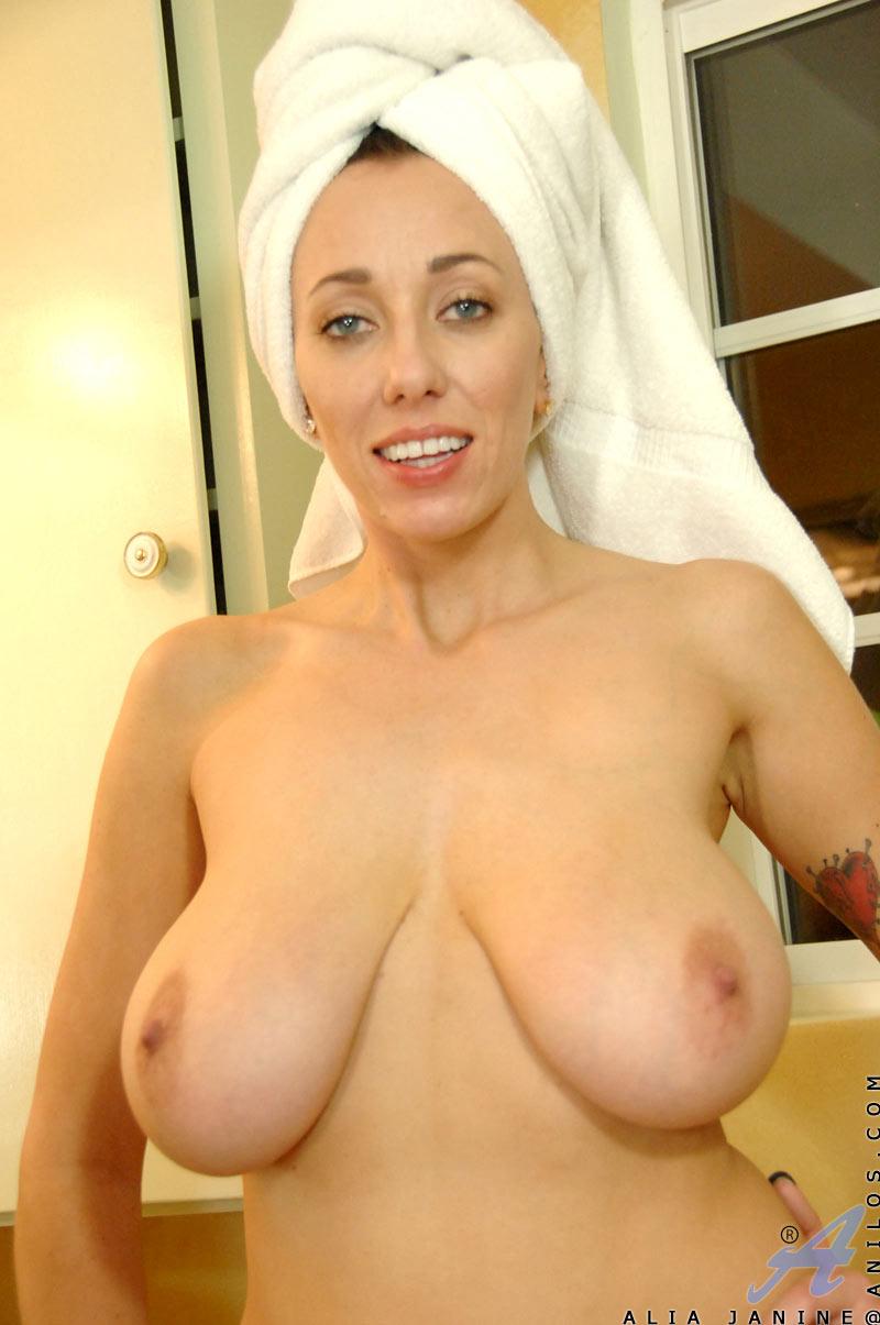 Нагие мамы на камеру обнажают крупные груди секс фото