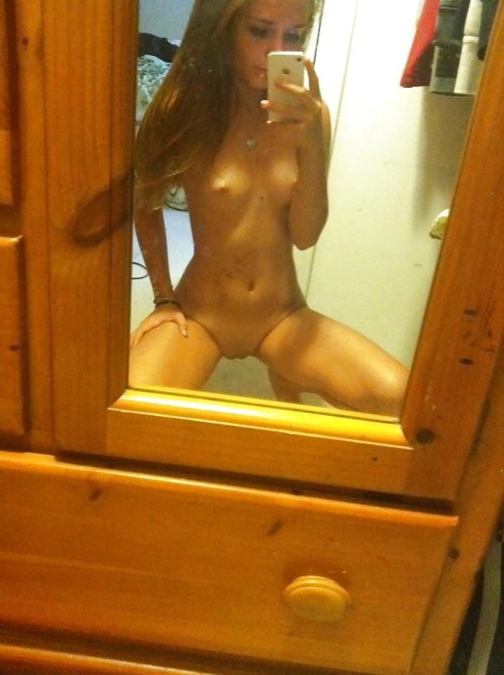 Модели с голыми титьками делают селфи перед зеркалом