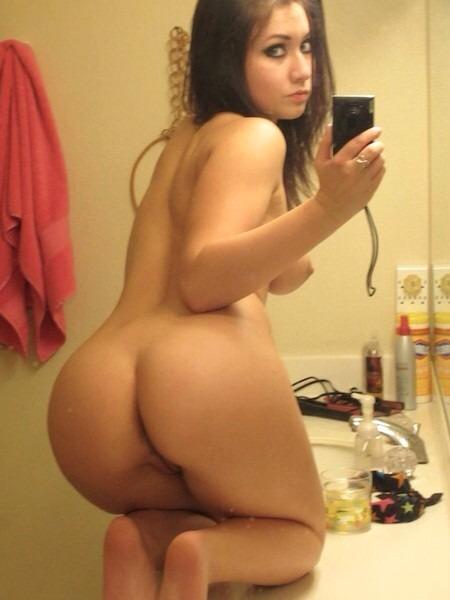 Модели с голой грудью делают селфи перед зеркалом