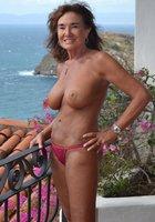 По выходным взрослые женщины выставляют напоказ большие буфера 6 фотография