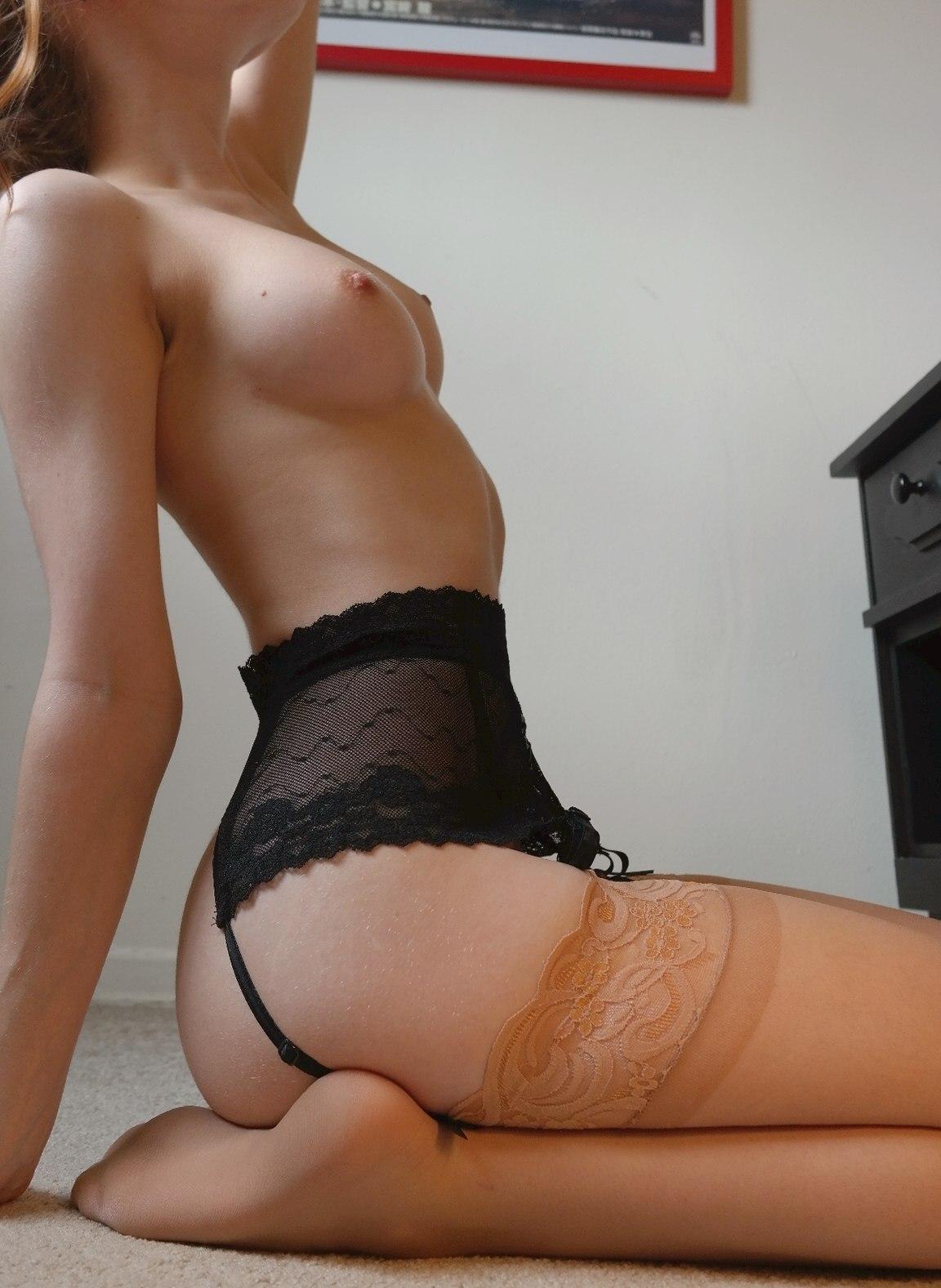 Красотки в эротичных чулках сексуально позируют в свободное время