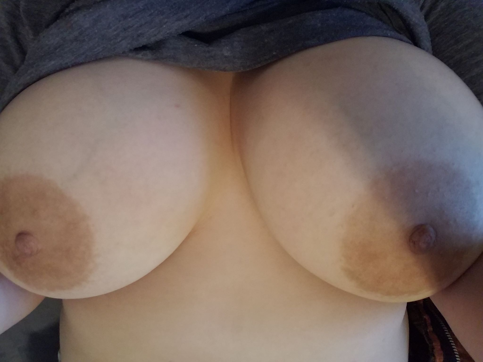 Мамы с громадными грудями не против обнажиться