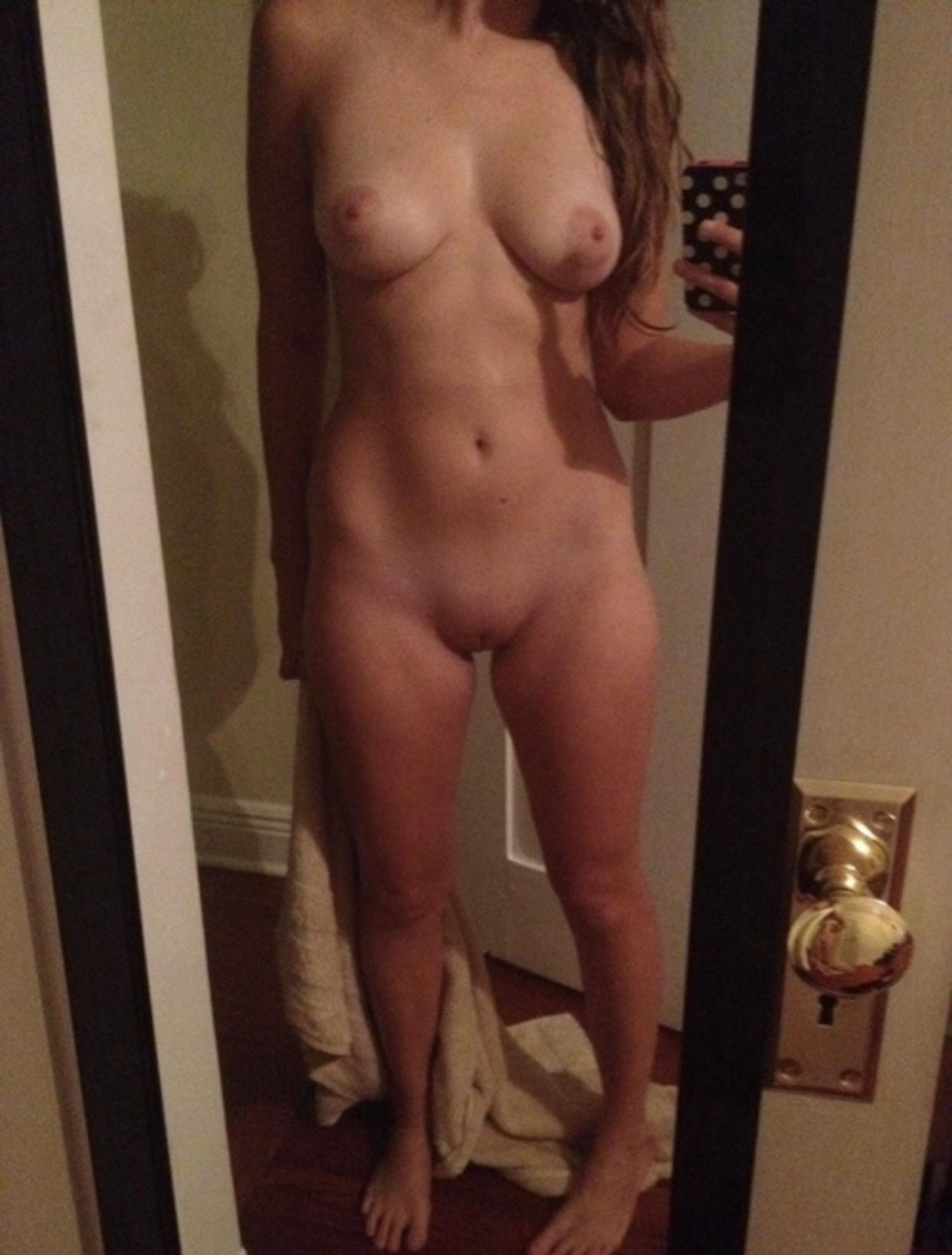 Распутницы обожают делать селфи голыми