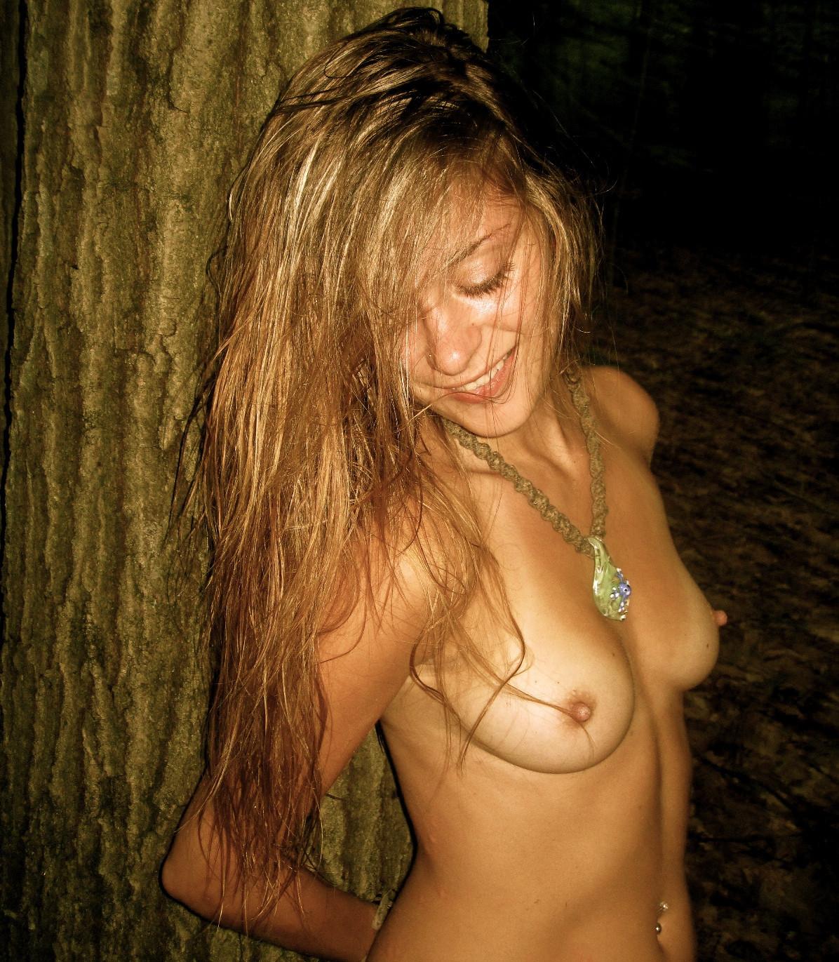 Молодые блондинки разгуливают с голой грудью перед камерой