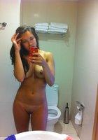 Молодые телки с голыми сиськами красуются перед зеркалом 6 фотография
