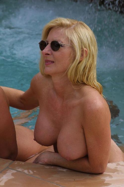 Возбужденные девки за 30 красуются без трусиков и голышом смотреть эротику