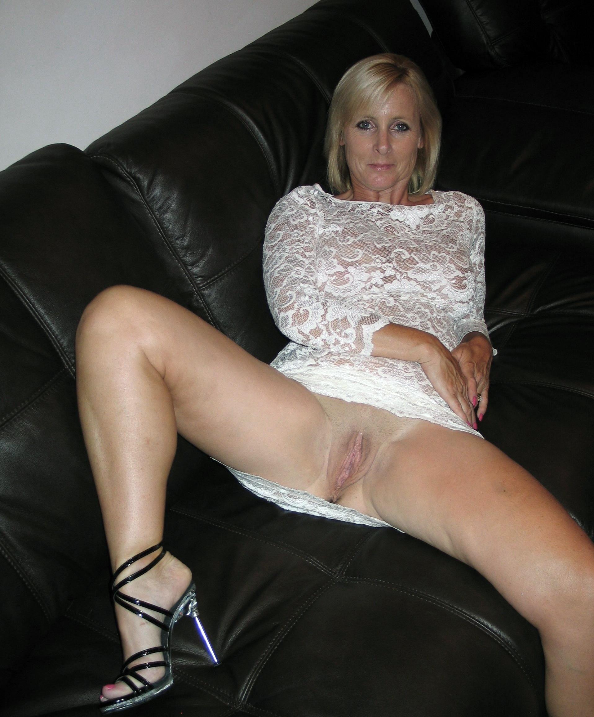 Мамаши расставили ноги и показывают сочные пилотки | порно и секс ...