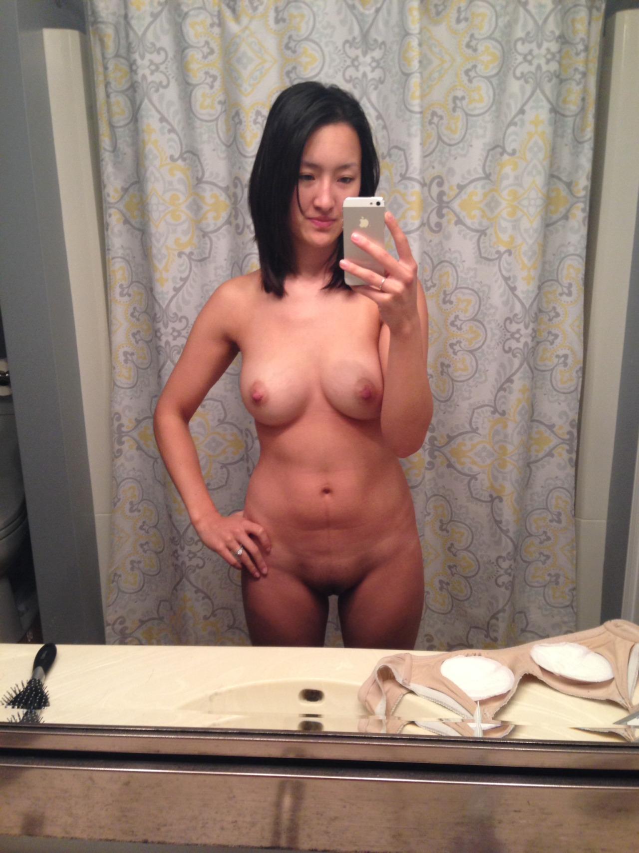 Стройняшки делают селфи голеньких доек и ухоженные киски секс фото