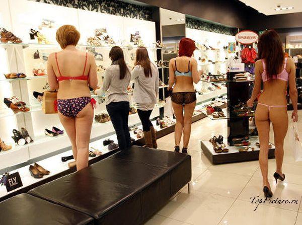Подружки гуляют по торговому центру в одном белье