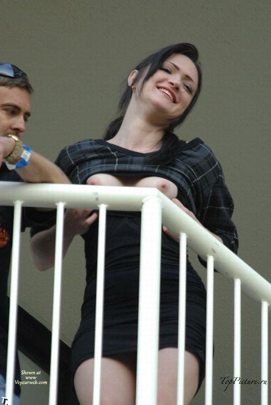 Сучки с обнаженными титьками веселятся на балконе