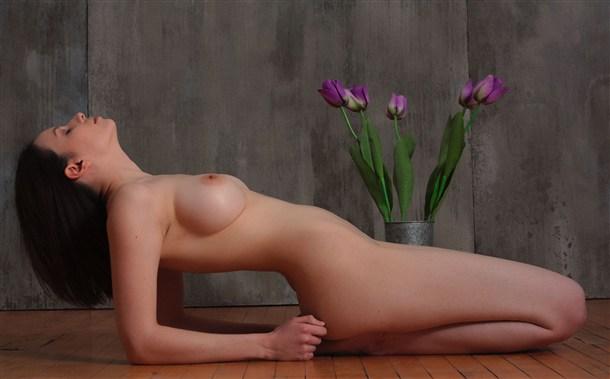 Симпатичные нимфоманки не стесняются хвастаться голыми сиськами
