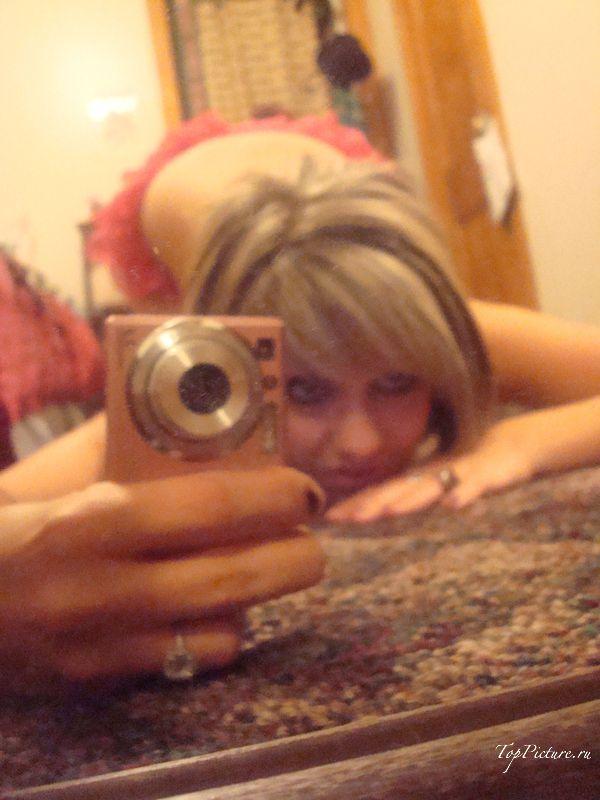 Грешница фотографируется стоя на коленях перед зеркалом