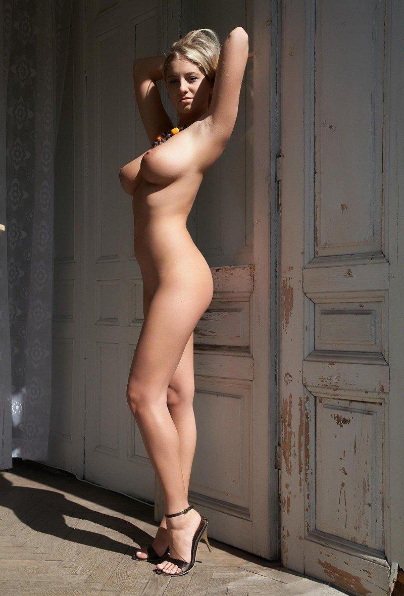 Роковые любовницы светят нормальными сиськами для фотосессии секс фото