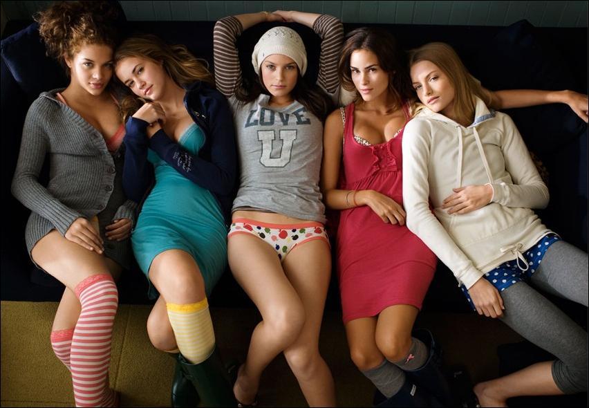 Молодые девки сексуально выглядят в любом наряде