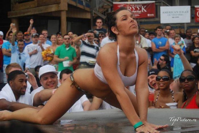 Влажные девки красуются на глазах у публики смотреть эротику