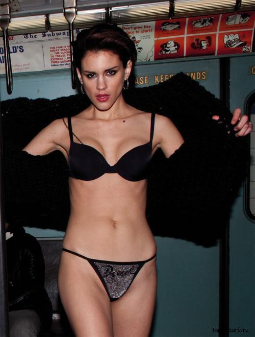 Неистовые модели везде готовы вести себя сексуально смотреть эротику