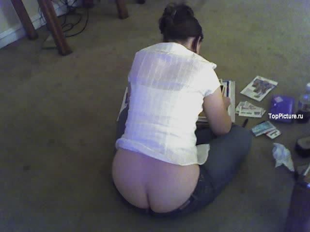 Девахи демонстрируют булки приспуская штаны