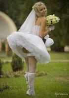 Невесты показывают что у них под юбкой свадебного платья 1 фотография