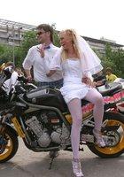 Невесты показывают что у них под юбкой свадебного платья 2 фотография
