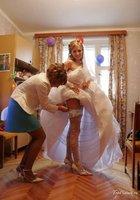 Невесты показывают что у них под юбкой свадебного платья 6 фотография