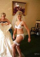 Невесты показывают что у них под юбкой свадебного платья 8 фотография
