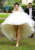 Невесты показывают что у них под юбкой свадебного платья 9 фотография
