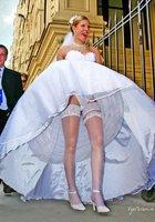 Невесты показывают что у них под юбкой свадебного платья 10 фотография