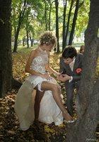 Невесты показывают что у них под юбкой свадебного платья 11 фотография