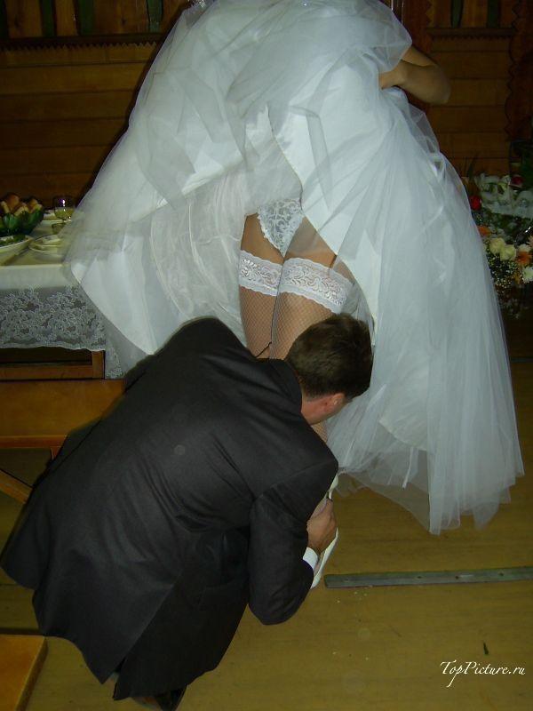 Невесты показывают что у них под юбкой свадебного платья 12 фотография
