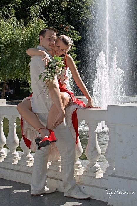Невесты показывают что у них под юбкой свадебного платья 13 фотография