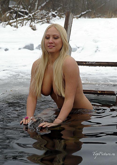Грудастая леди купается в проруби