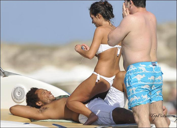 Марамойки отдыхают на песке без трусов