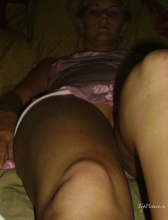 Модель показывает голые дойки на постели