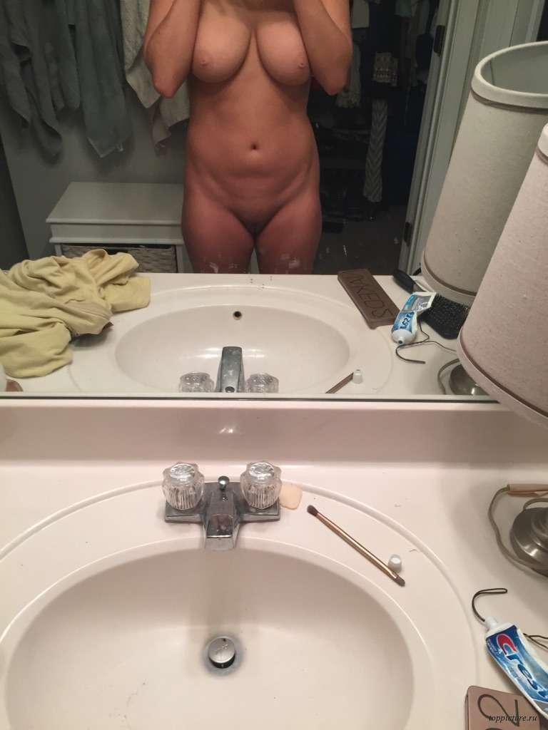 Раздетые девахи запечатлевают прелести для фотосессии в домашних условиях