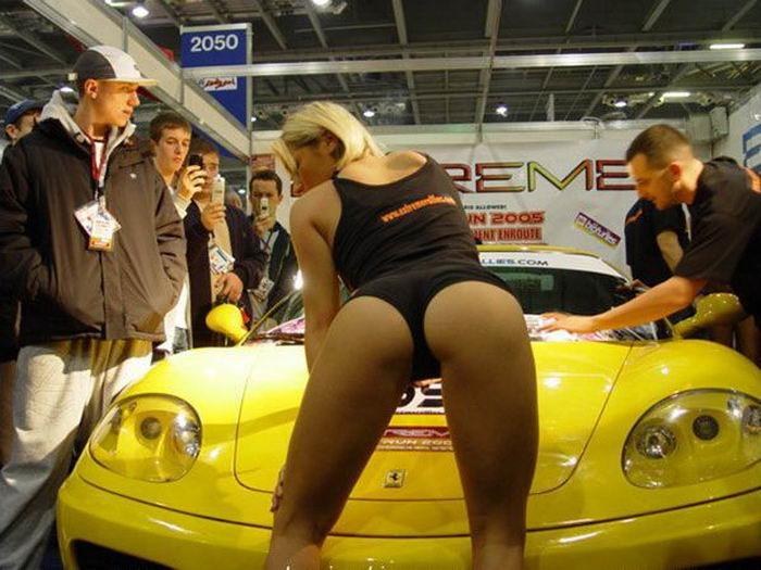 Клевые девки присутствуют на автомобильной выставке