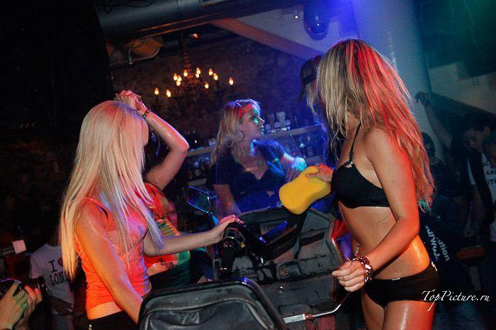 Две сучки моют байк на вечеринке
