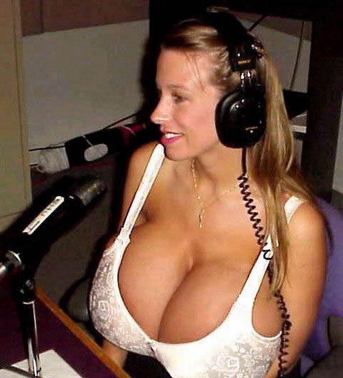 Юные девушки с радостью выставила напоказ грудь