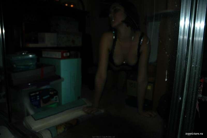 Брюнетка проводит время в квартире в одних трусах