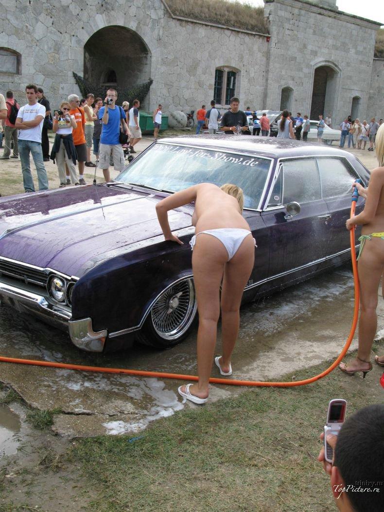 Девахи в бикини моют машину у дороги