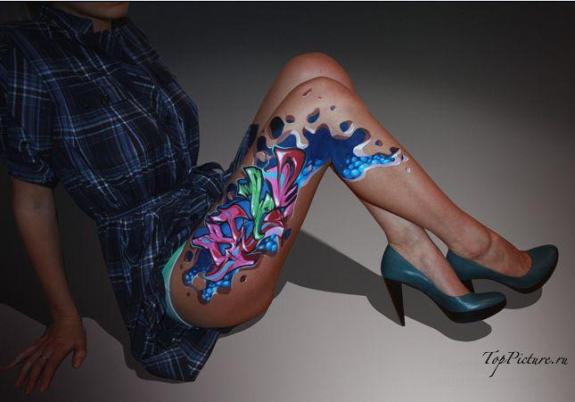 Чикули демонстрируют граффити нарисованное на их обнаженном теле