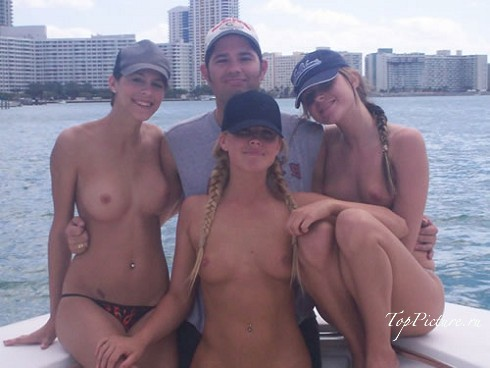 Прекрасные девы в свободное время хвастают своими достоинствами смотреть эротику