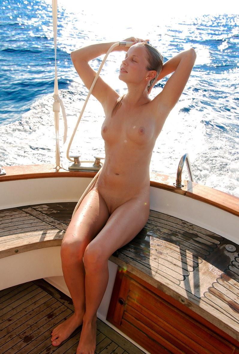 Стройняшка показывает писечку на яхте